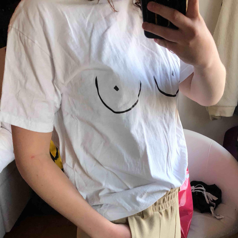 Brösttröja från supportgirlsuf. I fint skick och endast använd en gång på en halloweenfest. Frakt ingår i priset annars möts vi upp i Örebro.. T-shirts.