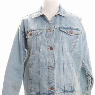 Fin jeansjacka från Monki storlek XXS Med volang på baksidan.