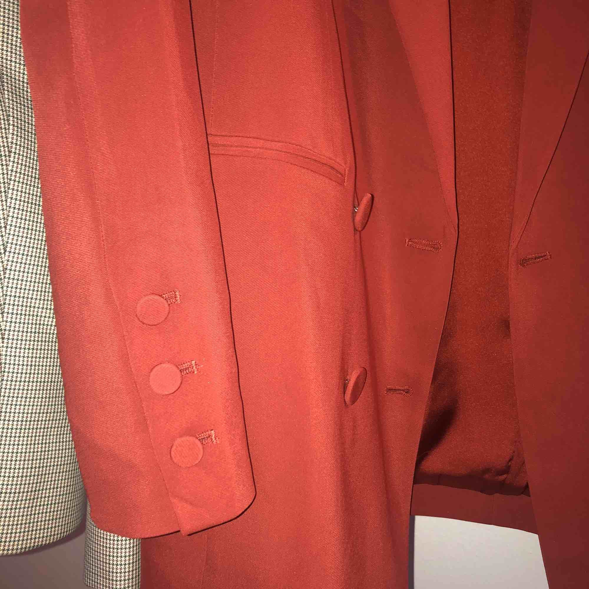 Jättefin röd blazer som jag tyvärr inte använder. Köparen står för frakt . Jackor.