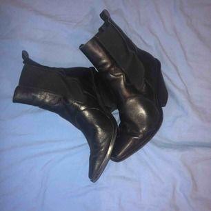 Jättefina boots från Other Stories i bra skick, säljer pga använder inte. Köparen står för frakt