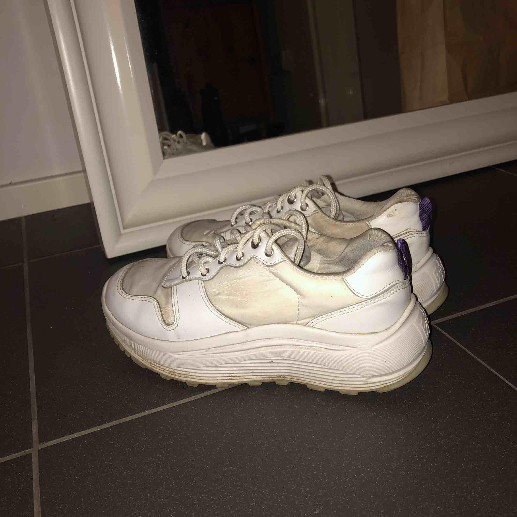 Skor från  Eytys i bra skick. Lite smutsiga här och var men kan tvätta dom ifall det önskas! Möts helst upp annars står köparen för frakt! . Skor.