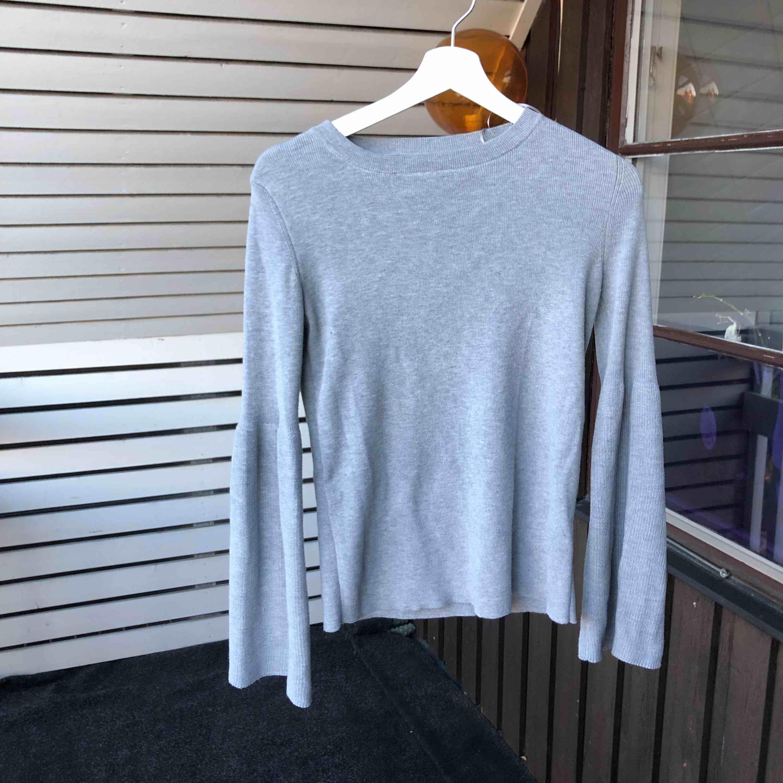 Denna jättefina gråa tröja med detaljer vid ärmarna. Säljer pga den är för liten :( 85kr + frakt😉💞 . Huvtröjor & Träningströjor.