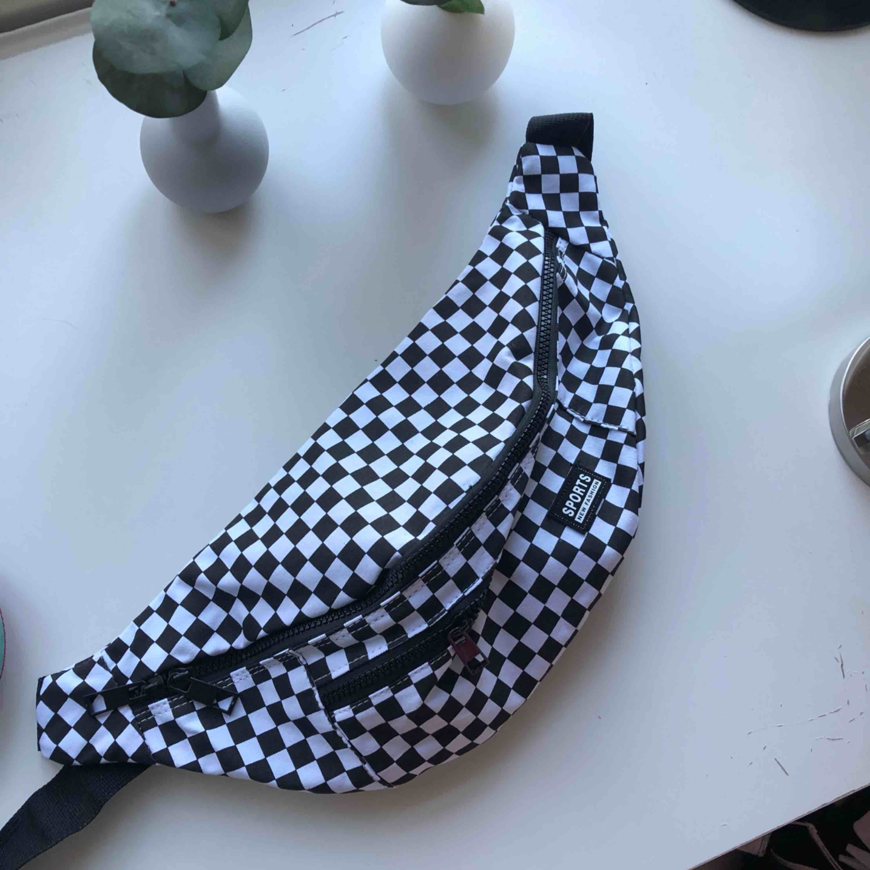 Cool becknarväska köpt på Shein. I bra skick och aldrig använd.  Frakt ingår i priset eller så möts vi upp i Örebro. Kolla gärna in resten av min profil☀️☀️. Väskor.