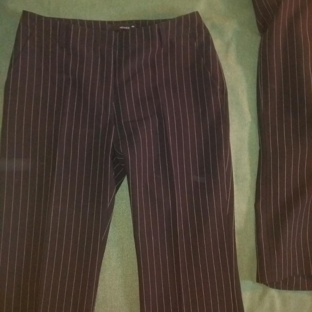 Svart kritsträcksrandig kostym, två delar. Oanvänd! Vida ben och hög i midjan.. Kostymer.