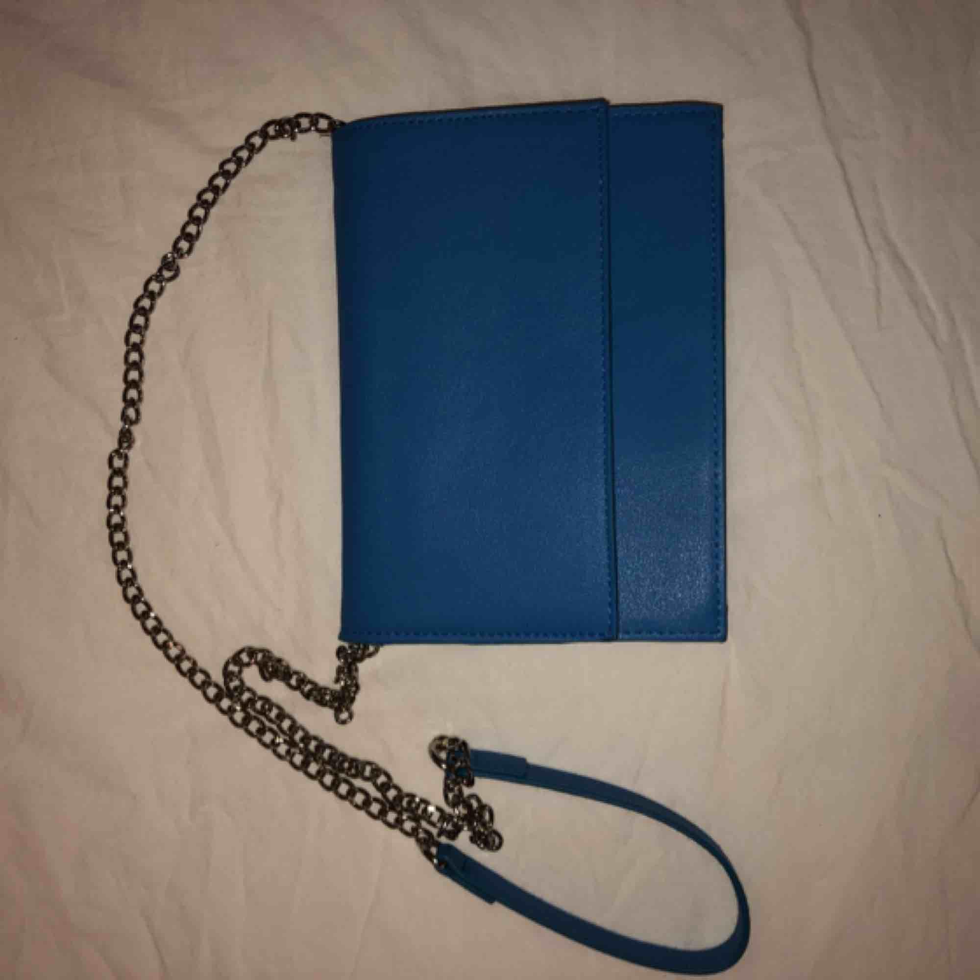 Superfin blå axelremsväska✨ Aldrig använd. Väskor.