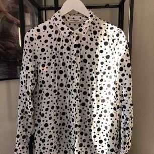 Vit skjorta med svarta prickar ⭐️