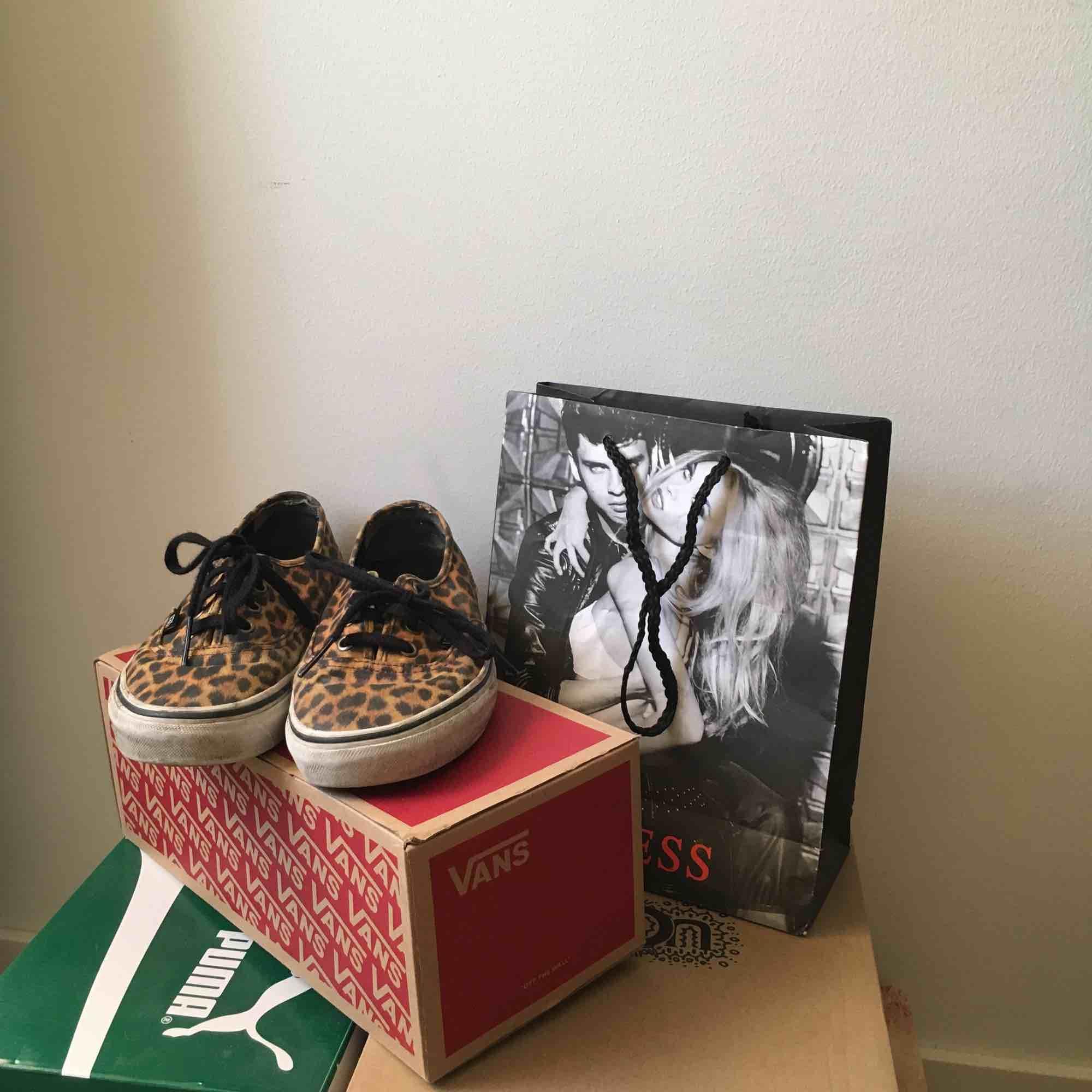 Vansskor med leopard print, ganska välanvända men ändå o bra skick. Tvättar dem självklart innan jag skickar iväg dem! . Skor.