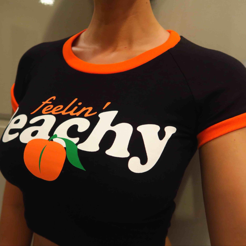 NYTT! Feelin ' peachy 🍑 Strl S stretch i materiellt  160:-. Toppar.