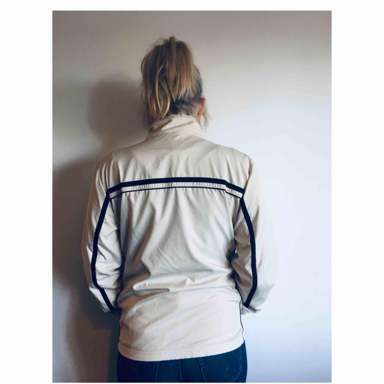 En snygg vintage Nike jacka. Perfekt till sommaren! . Jackor.