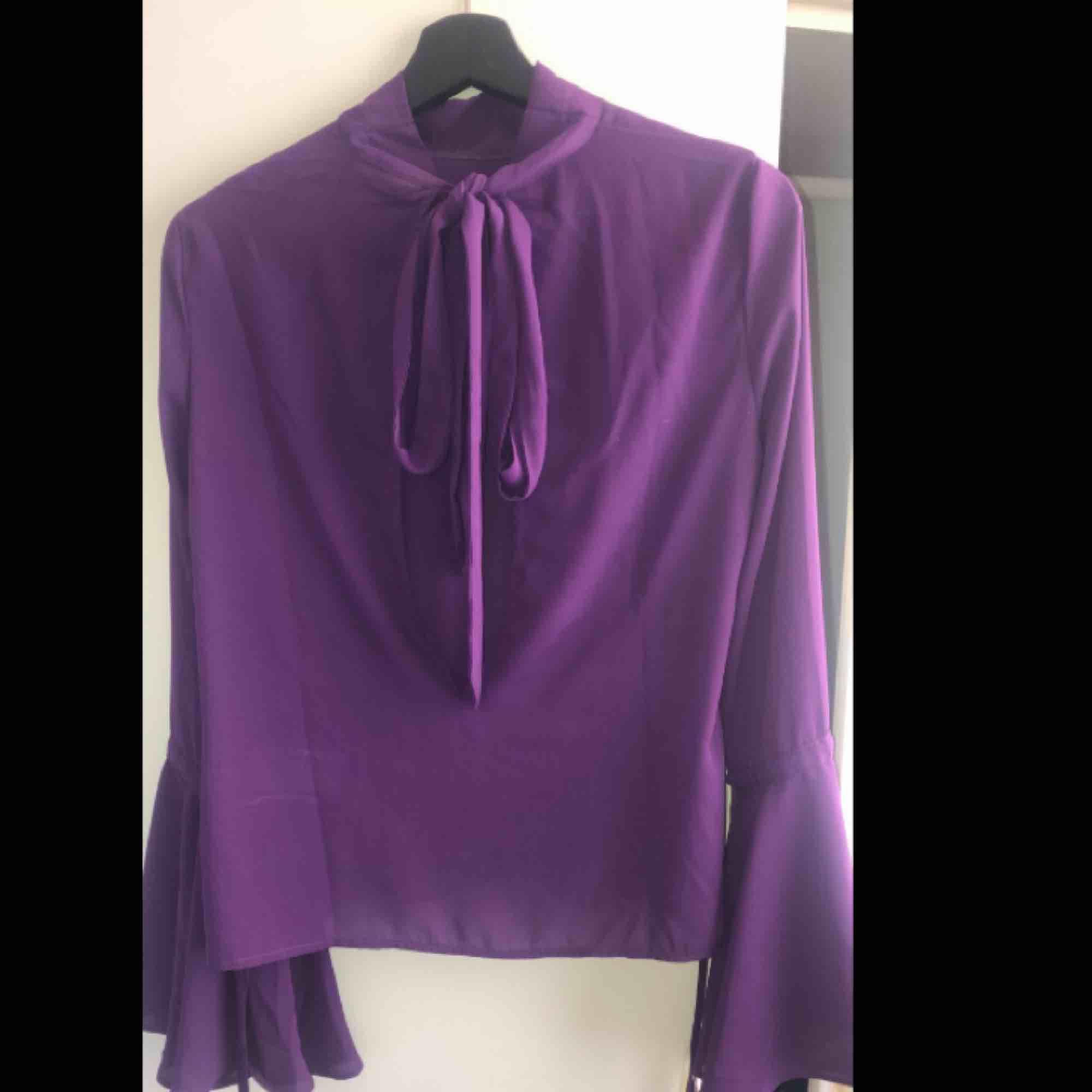 En super fin lila blus💜helt oanvänd pga inte så förtjust i blusar,pris kan diskuteras👍🏼frakt står köparen för:) kram❤️ . Blusar.