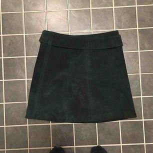Kjol från Zara, knappt använd. Mörkgrön mocka, frakt tillkommer eller lämnas över i Stockholm
