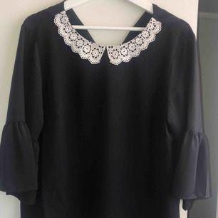 En svart blus med en super fin spetskrage! även denna är oanvänd💛pris kan diskuteras💛frakt står köparen för:) kram💓