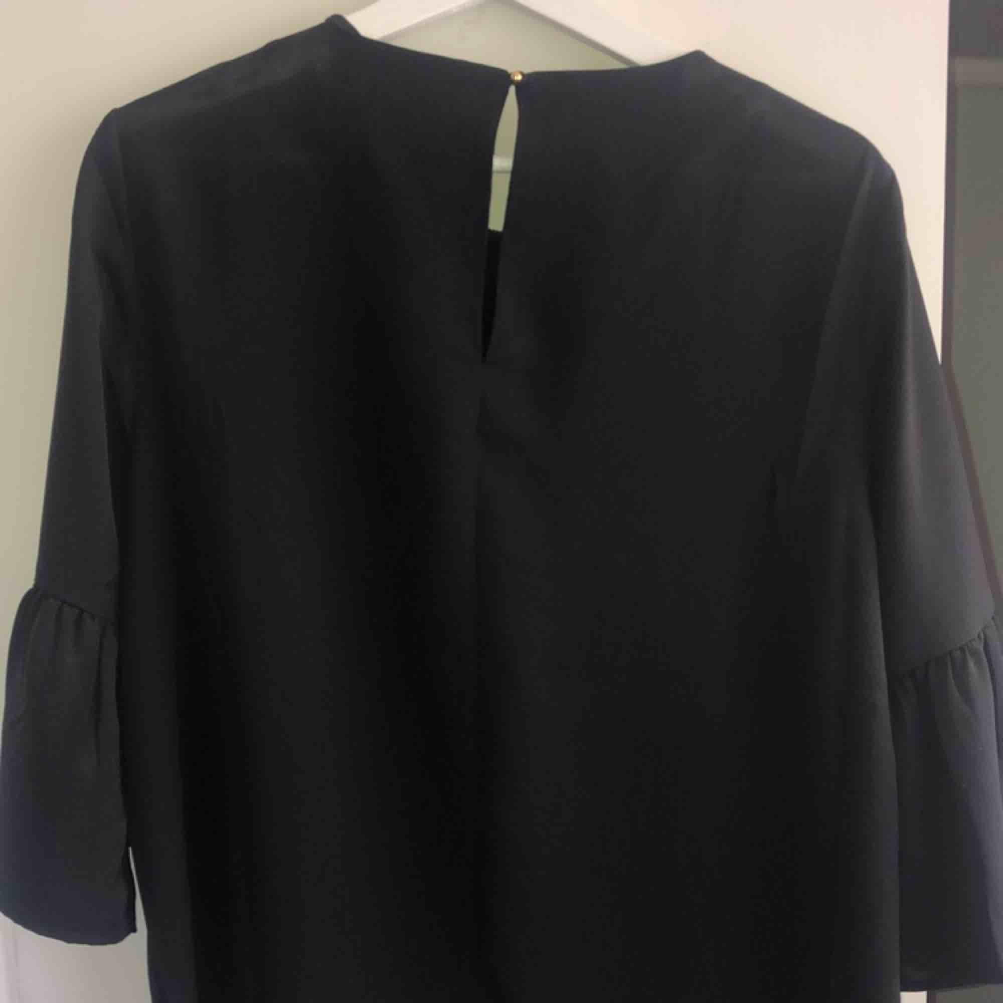 En svart blus med en super fin spetskrage! även denna är oanvänd💛pris kan diskuteras💛frakt står köparen för:) kram💓 . Blusar.