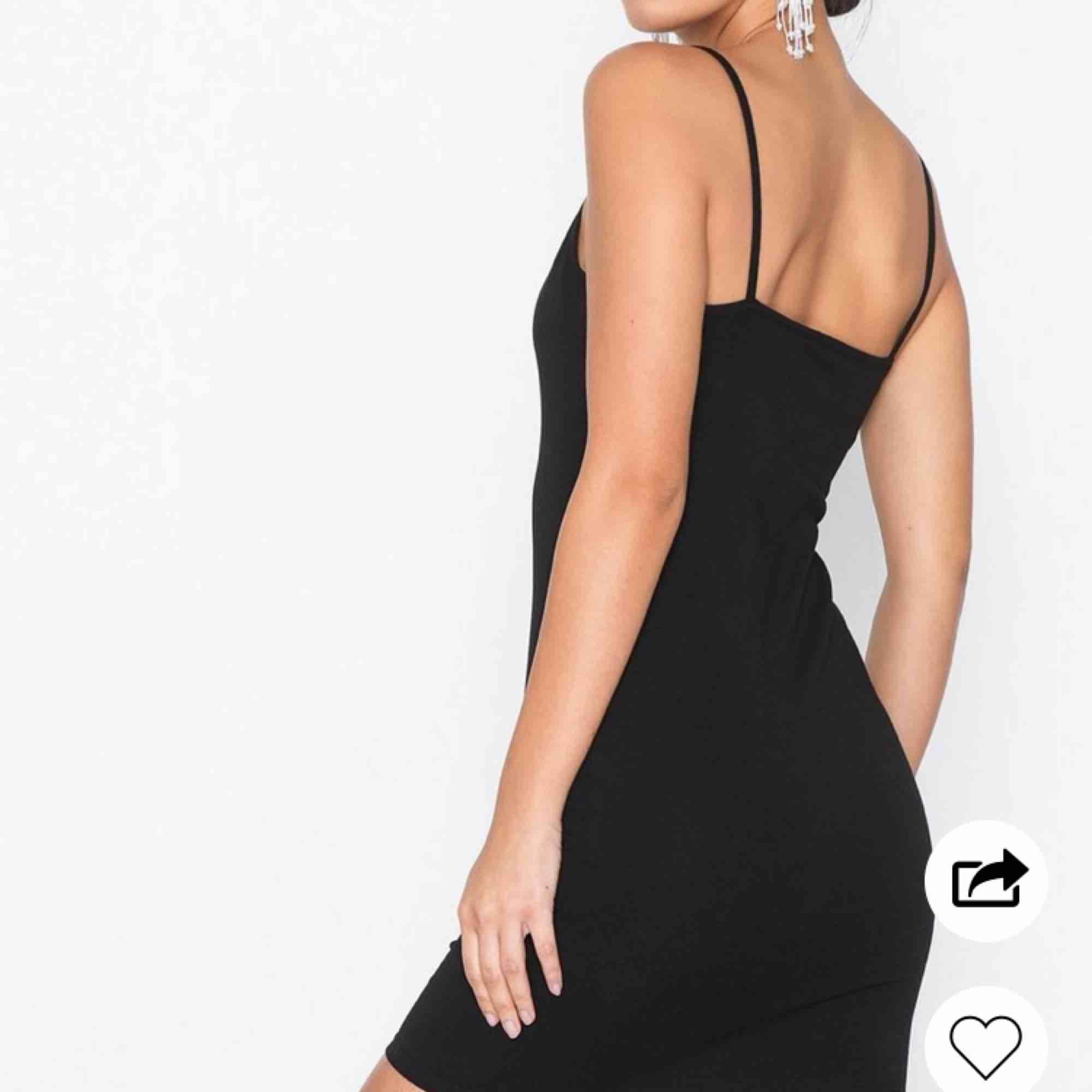 Figurnära klänning med straight neckline från nly trend. Knappt använd, ord pris 249, mitt pris 80kr EXKLUDERAT FRAKT🌸🌸. Klänningar.