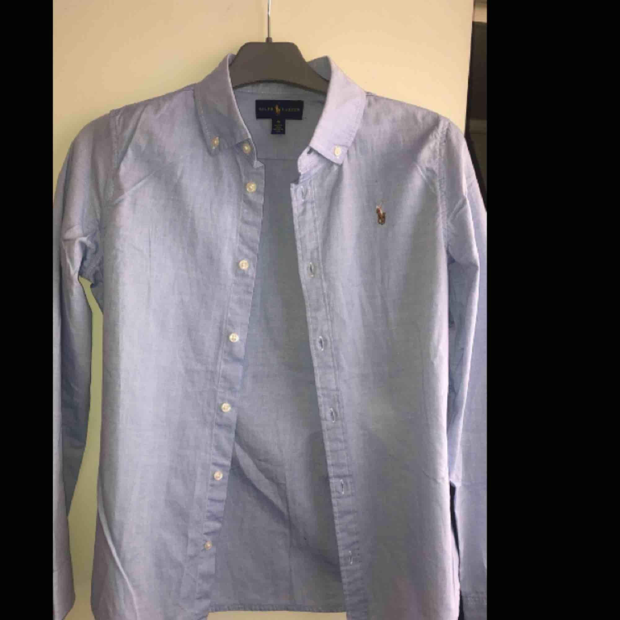 En ljusblå skjorta från Ralph lauren💙Oanvänd! pga fel storlek för mig:) pris kan diskuteras💙frakt står köparen för:) kram❤️ . Skjortor.