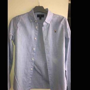 En ljusblå skjorta från Ralph lauren💙Oanvänd! pga fel storlek för mig:) pris kan diskuteras💙frakt står köparen för:) kram❤️