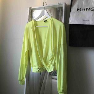 Neongul tröja, använd en gång till fest. Nyskick, storlek M men passar mig som har XS/S i det mesta.