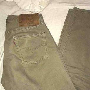 skitsnygga, beiga Levi's jeans som tyvärr kommer till användning allt för sällan. priset är inklusive frakt🤠🤩
