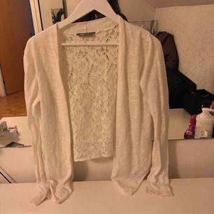 En gullig kofta från H&M, med spets i ryggen passar jätte bra till sommaren!