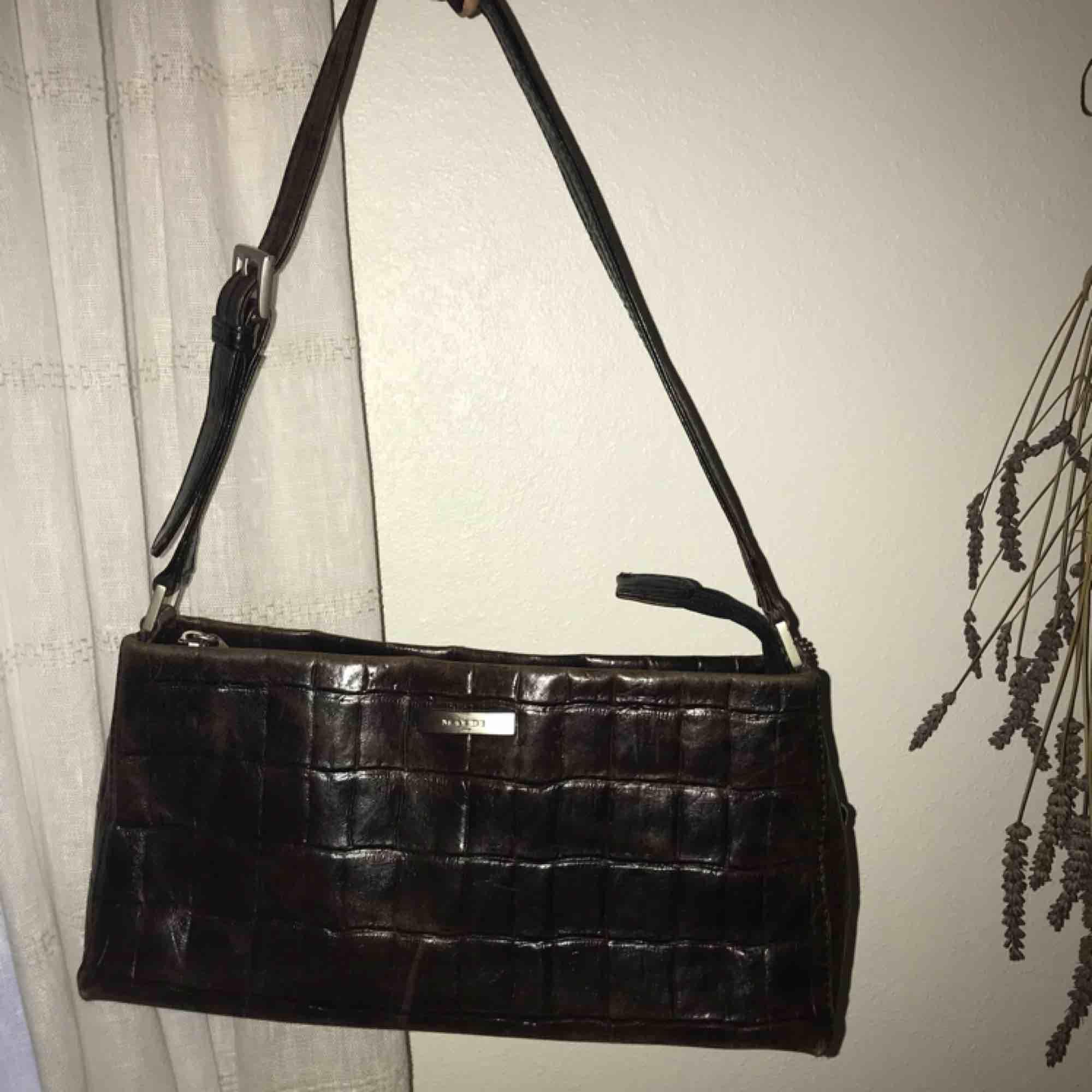 Mörkbrun liten handväska i äkta skinn! Krokodilmönstrad!! Sååå fin! 100kr plus frakt. Väskor.