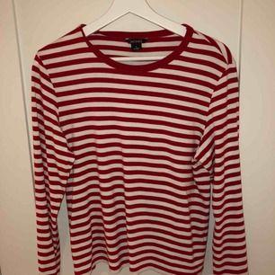 Fin randig tröja från Monki. Använd endast 2 gånger.