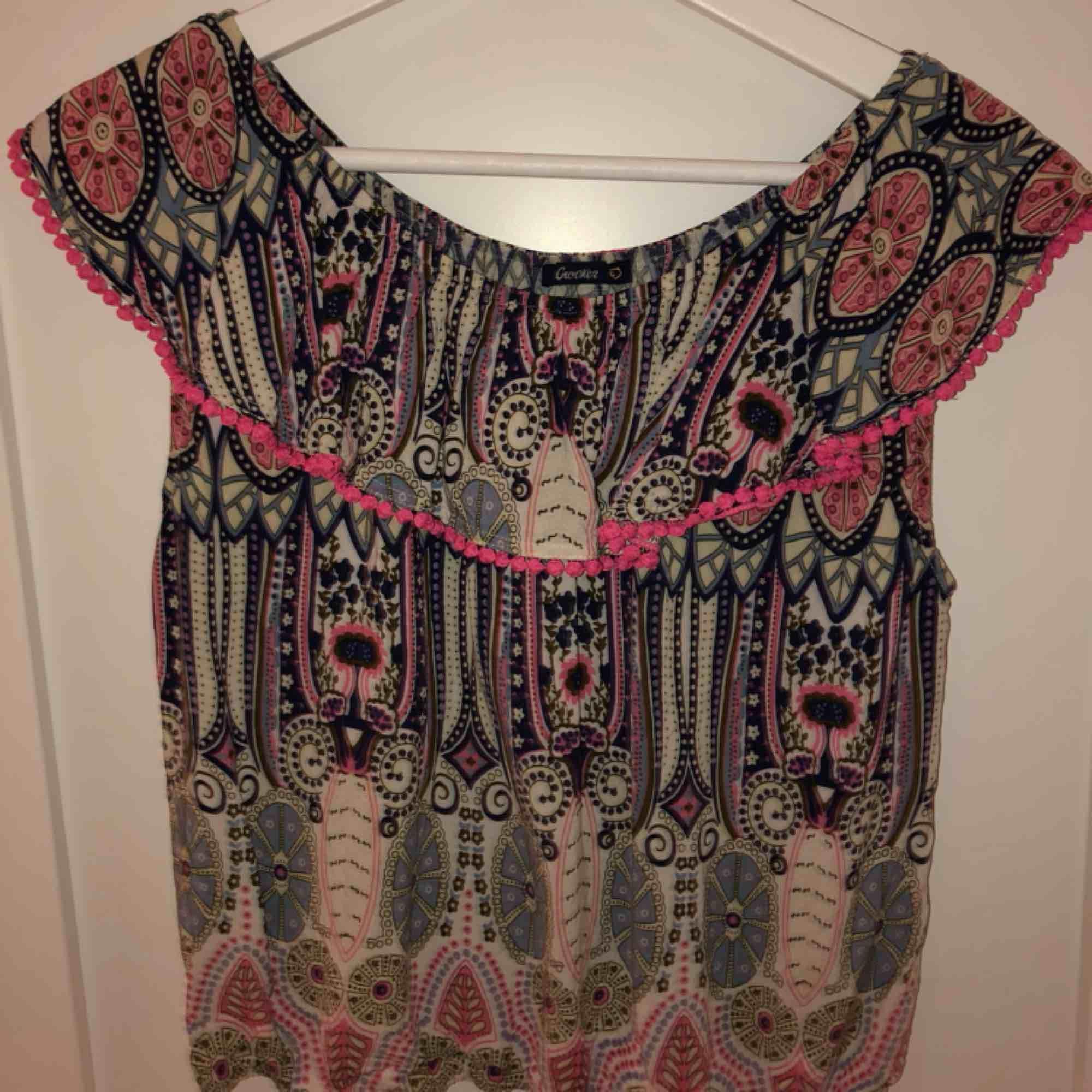 Fin tröja som man kan ha både som vanligt och offshoulder, fint skick använd max 2 gånger💕. Blusar.