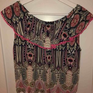 Fin tröja som man kan ha både som vanligt och offshoulder, fint skick använd max 2 gånger💕