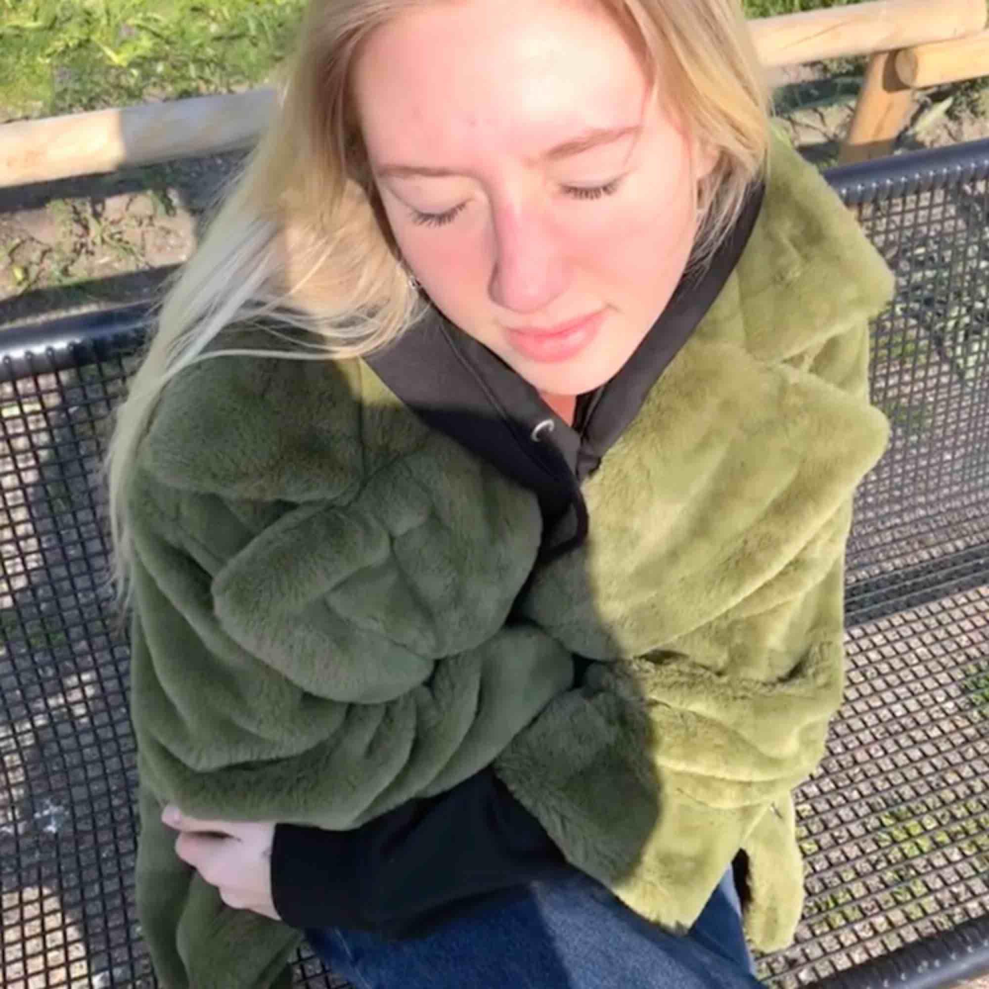 fluffig grön jacka från Weekday. vill mest kolla intresset för min kära jacka💕 köparen står för frakten. Jackor.