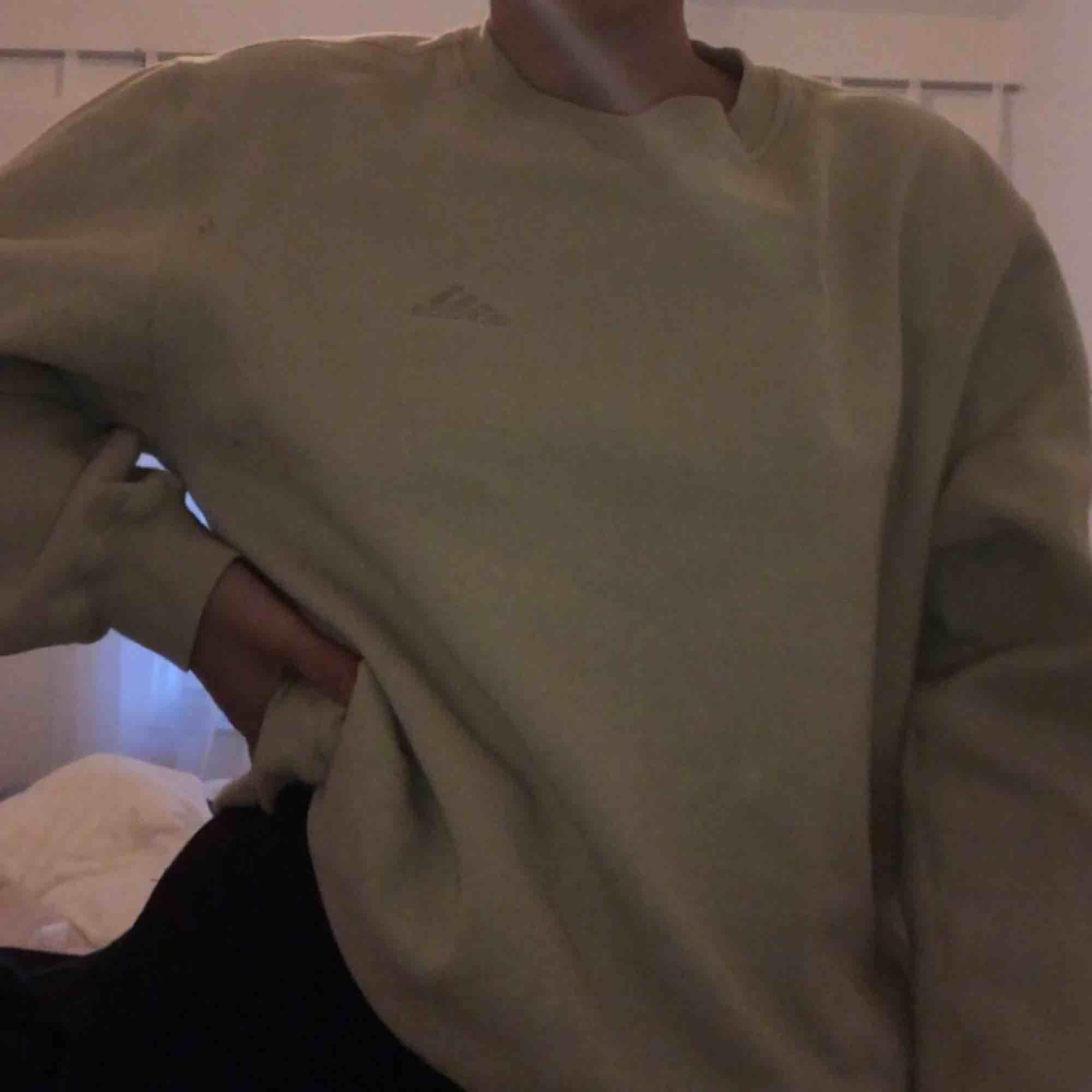 beige sweatshirt/tjocktröja från adidas köpt på humana och bara använd 1/2 gånger efter det 🥰 säljer pga används ej, är storlek S men funkar på XS och M också. Tar swish och kan mötas upp i Malmö, annars står köpare för frakt . Tröjor & Koftor.