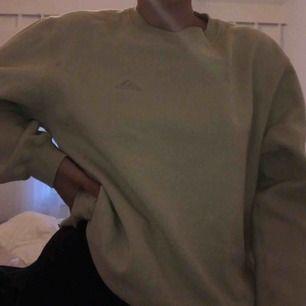 beige sweatshirt/tjocktröja från adidas köpt på humana och bara använd 1/2 gånger efter det 🥰 säljer pga används ej, är storlek S men funkar på XS och M också. Tar swish och kan mötas upp i Malmö, annars står köpare för frakt