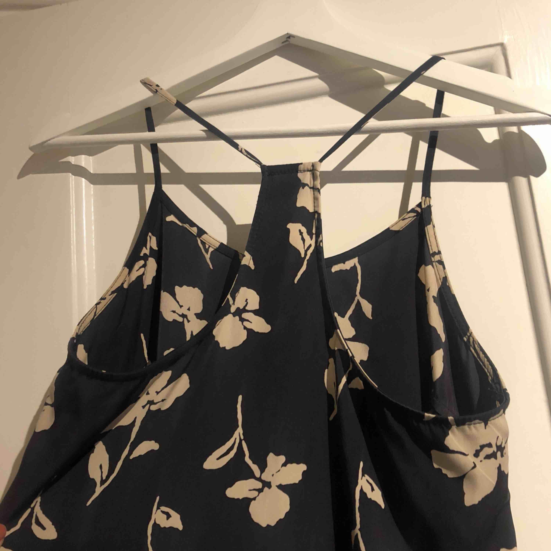 Klänning från Urban Outfitters. Använd 1-2 gånger. Superfin, säljer pga inte kommit till användning!. Klänningar.