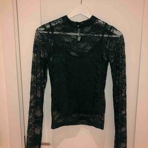 Jättefint mörkgrön tröja från BikBok, använd max 5 gånger
