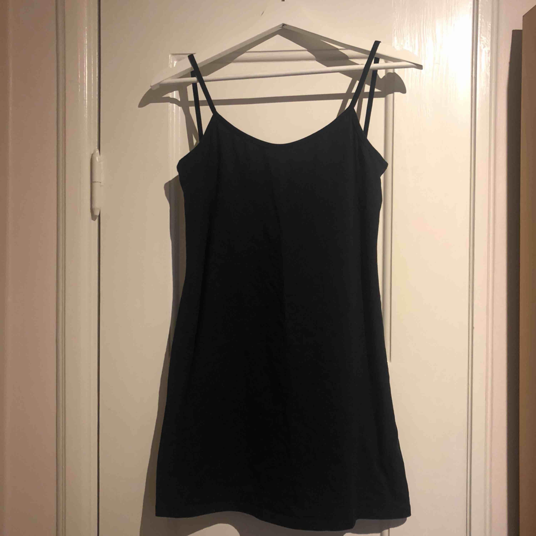 Svart tight klänning med djup rygg från Nakd. Oanvänd, superfin. Klänningar.