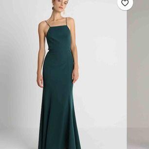 Fett frän och elegant mörkgrön balklänning från märket JARLO. fint släp, sitter tajt men fortfarande väldigt rörligt material. Oanvänd men ingen prislapp på och därför kan ej lämna tillbaka:( köpt för 1300 kr och säljer för 750!