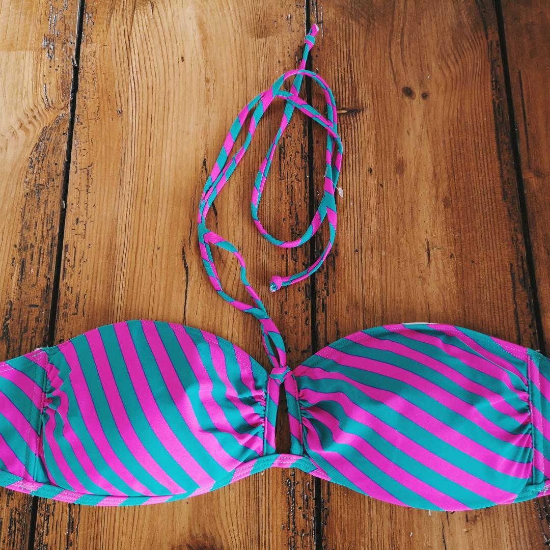 Knallig bikinitop i nyskick märkt M. Övrigt.