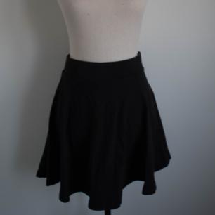 Svart cirkelskuren kjol från H&M. Något urtvättad i färgen men annars hel och ren. Rökfritt hem men har katter. Kan skickas men då står du för frakten.