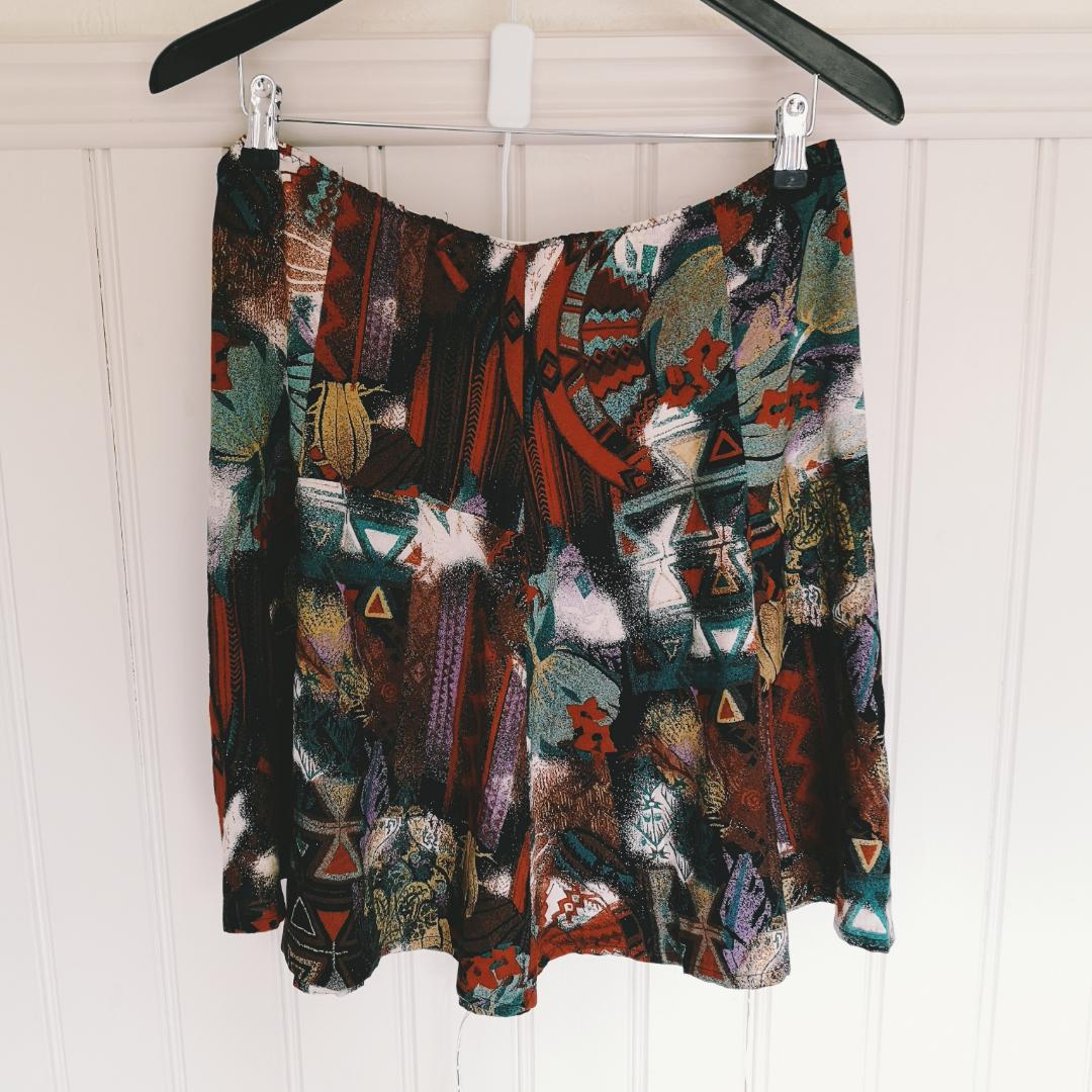 Retro kjol 40cm tvärsöver midjan men har resår . Övrigt.