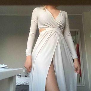 Jättefin balklänning från asos💗 färgen är ljus grå/beige och är verkligen jättefin. Aldrig använd men prislappen är borta. Passar mig som är 164 lång och brukar ha s eller xs. Pris kan sänkas vid snabb affär. Fri frakt💗💗