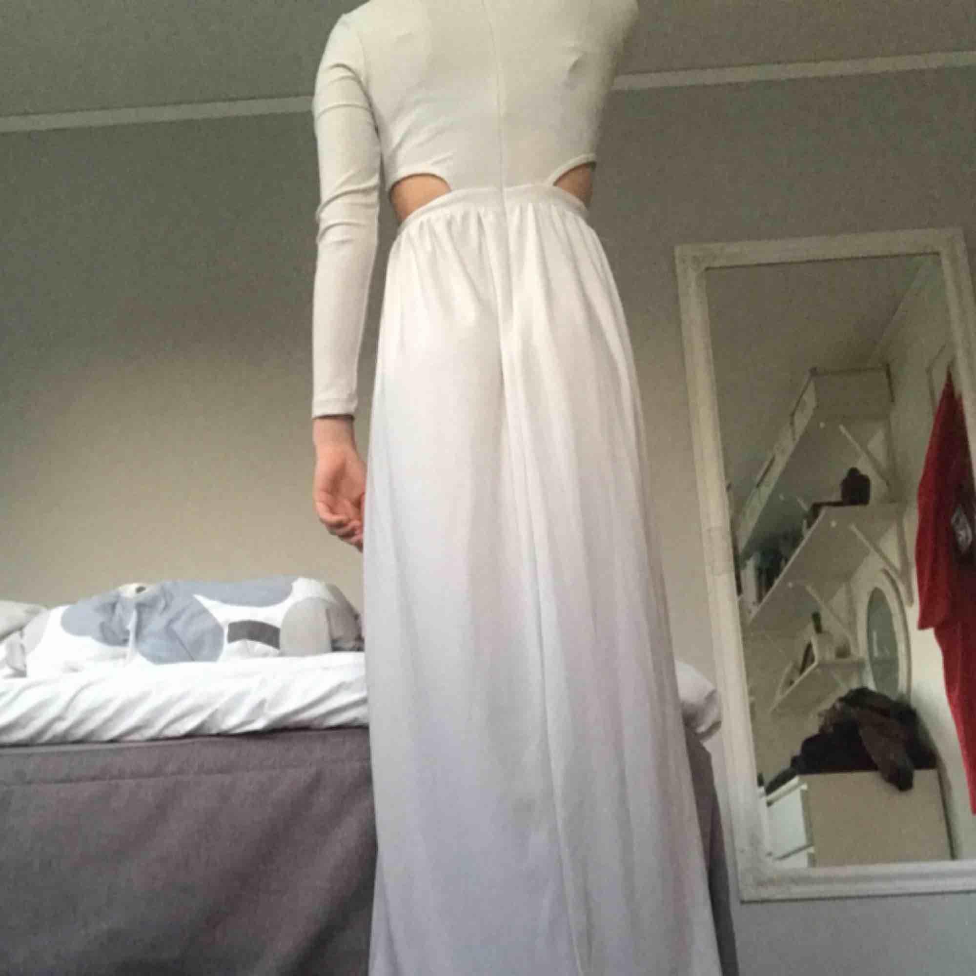 Jättefin balklänning från asos💗 färgen är ljus grå/beige och är verkligen jättefin. Aldrig använd men prislappen är borta. Passar mig som är 164 lång och brukar ha s eller xs. Pris kan sänkas vid snabb affär. Fri frakt💗💗. Klänningar.