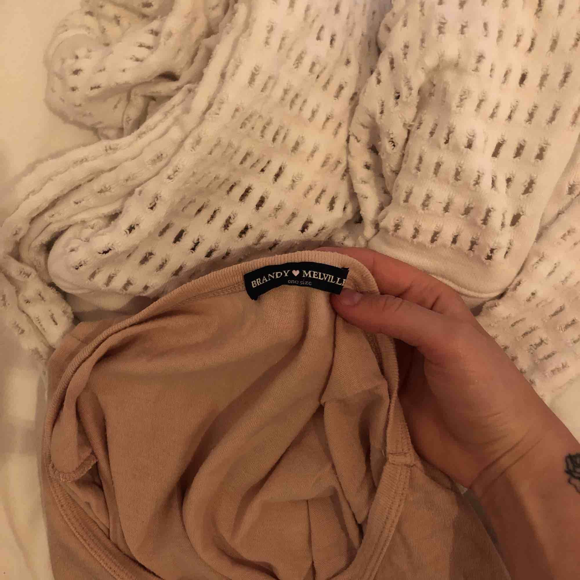 Ljusrosa tröja från Brandy Melville, använd några gånger men fortfarande i bra skick. Är onesize men skulle säga att den passar XS-M, mer oversized på XS och lite tightare på M. Tar swish, kan mötas upp i Malmö annars står köpare för frakt . T-shirts.