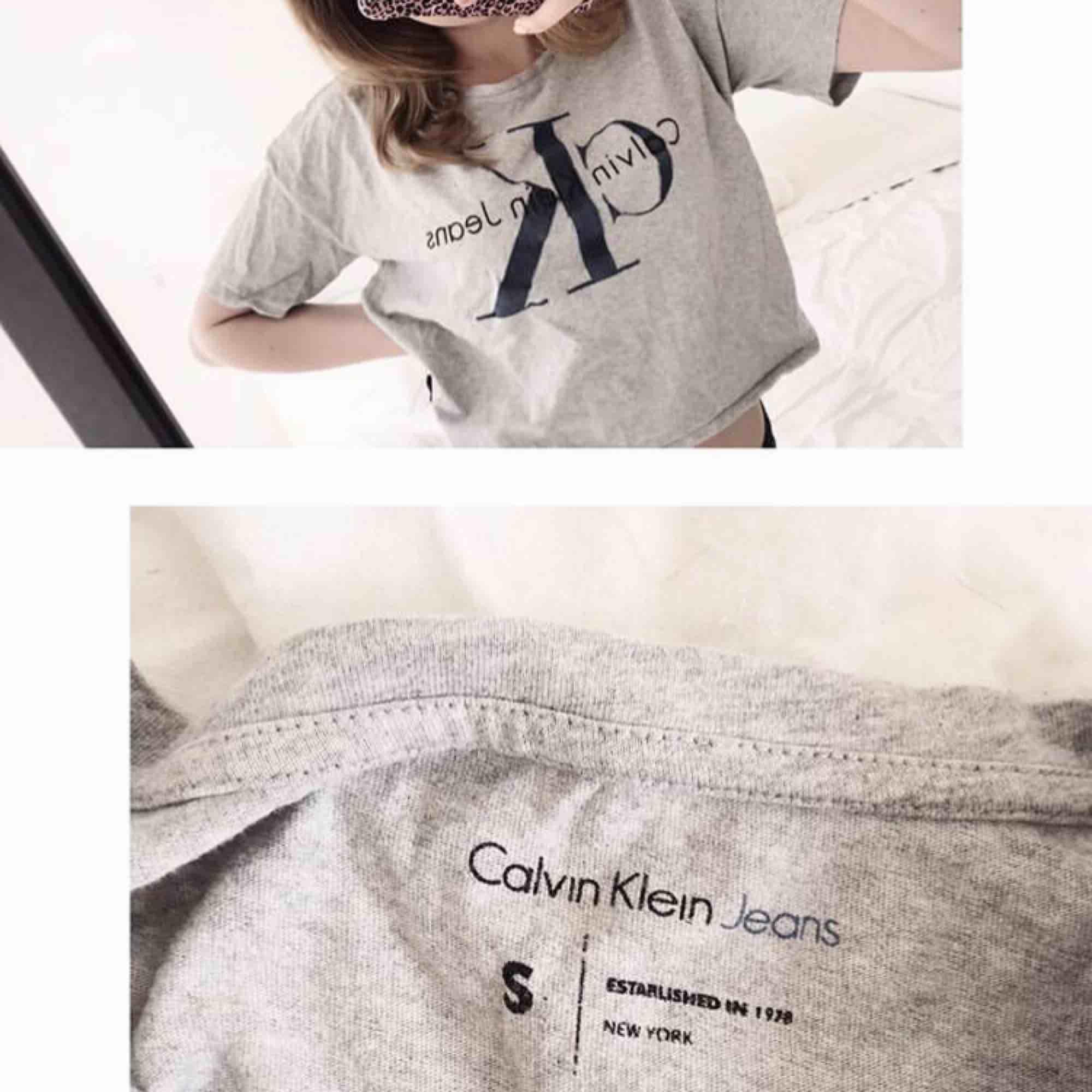 Snygg Calvin Klein t-shirt i kortare modell. Använd endast ca 5ggr. Nypris 499kr, frakt tillkommer🌸. T-shirts.
