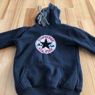 Converse hoodie i storlek S, använd några gånger