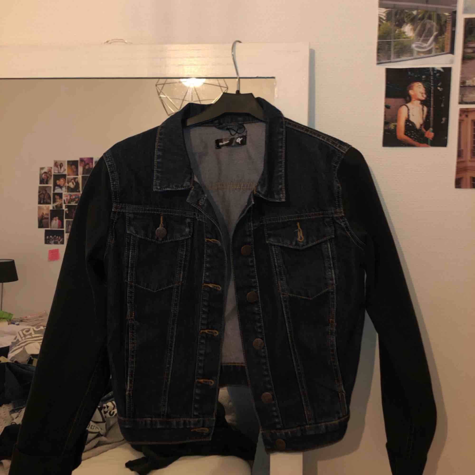 Mörkblå jeansjacka med svarta ärmar. Köpt på bikbok för ganska längesen, men endast använd ett fåtal gånger. Står storlek M i den men känns mer som en S. Tar swish, kan mötas upp i Malmö annars står köpare för frakt.. Jackor.
