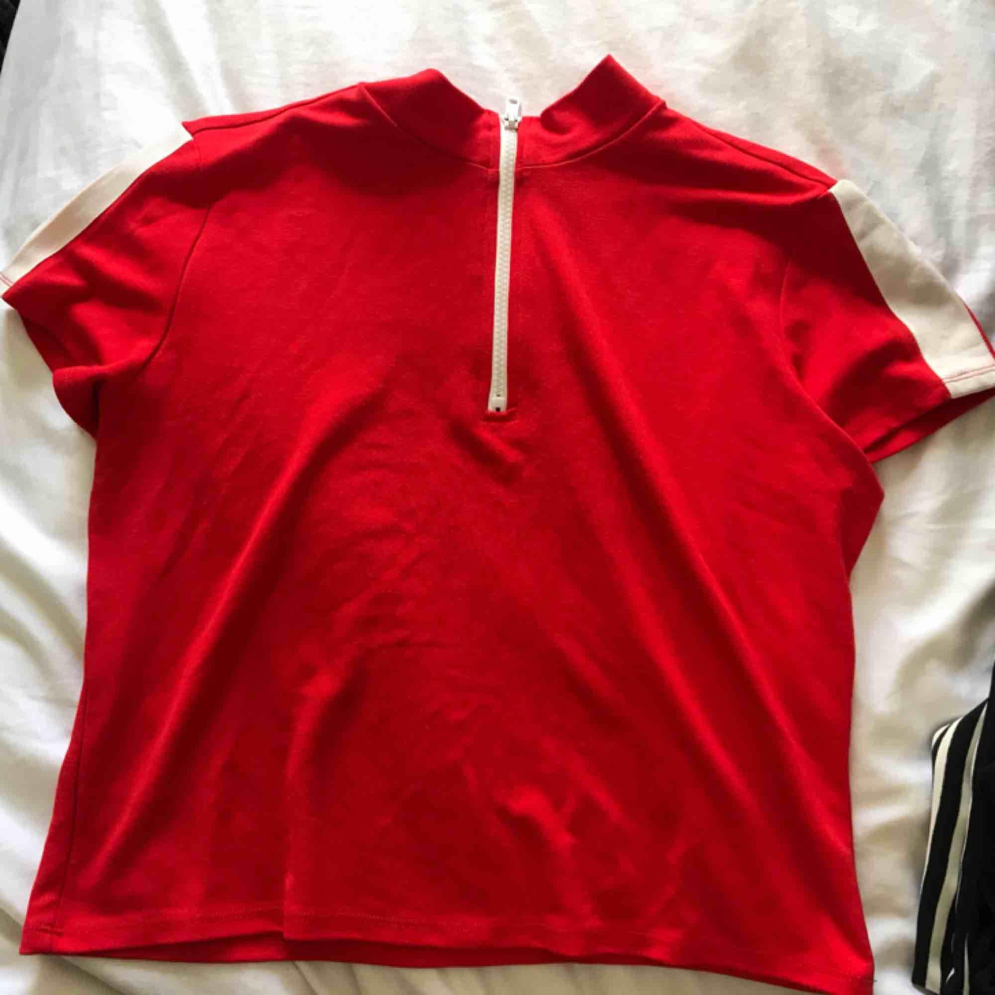 Söt röd top från Monki, säljer då jag aldrig använder den. Frakt ingår😇❤️. Toppar.