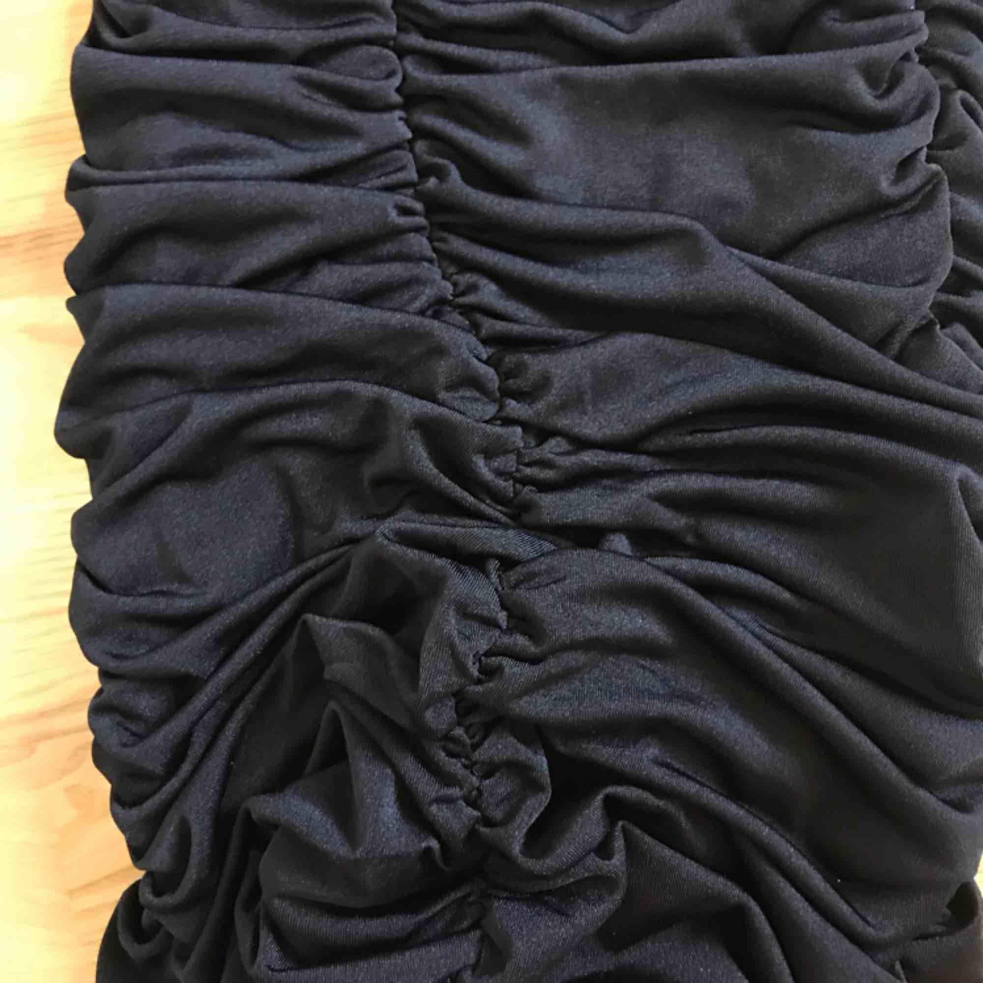 Supersnygg festklänning med resår i rumpan, rejält material, aldrig använd ! 🖤🧚🏼♀️. Klänningar.