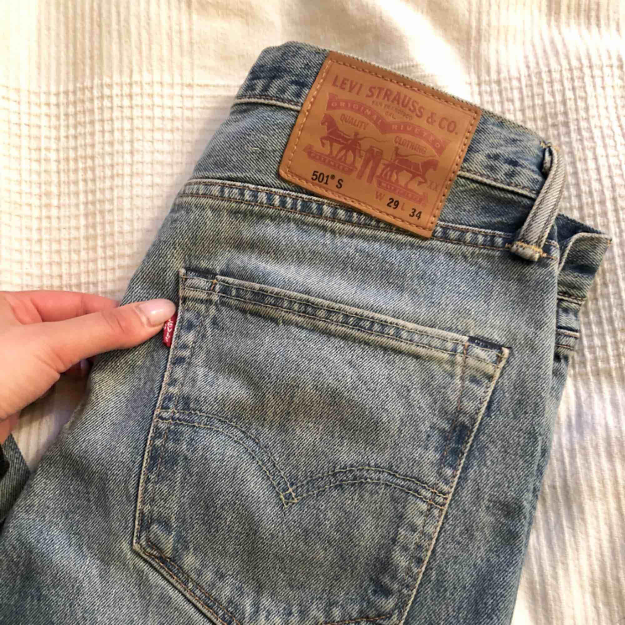 Levi's 501 Strl 29 (men passar en 26a eller liten 27a)    Mellanblå/ljusblå i färgen  Fint skick!  Avklippta nertill, lite fransiga    Köpta nyligen men min big booty får verkligen inte plats. Kan tyvärr inte erbjuda bättre än bilden på dockan :( :'(    . Jeans & Byxor.