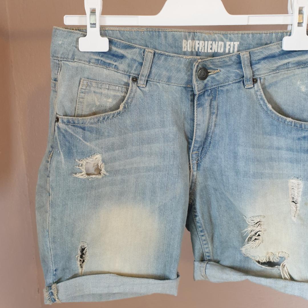 Så snygga jeansshorts i boyfriendmodell. Snygga slitningar. Dock är tyvärr dragkedjan paj..därav billiga priset. Är man lite händig kan man säkert fixa det, annars finns det ju en väl fungerande knapp (:. Shorts.