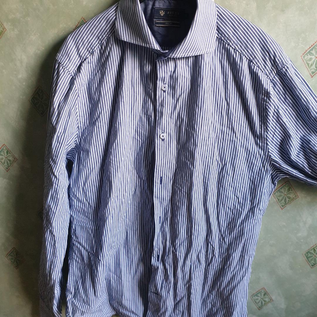 Skjorta från kill-avdelningen med hårdare krage och armändar. Priset går att diskuteras och frakt är inte inkluderad.. Skjortor.
