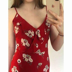 ✨ Rödblommig, somrig jumpsuit från H&M. Endast använd en gång, så den är i nyskick. Köparen står för frakten ✨