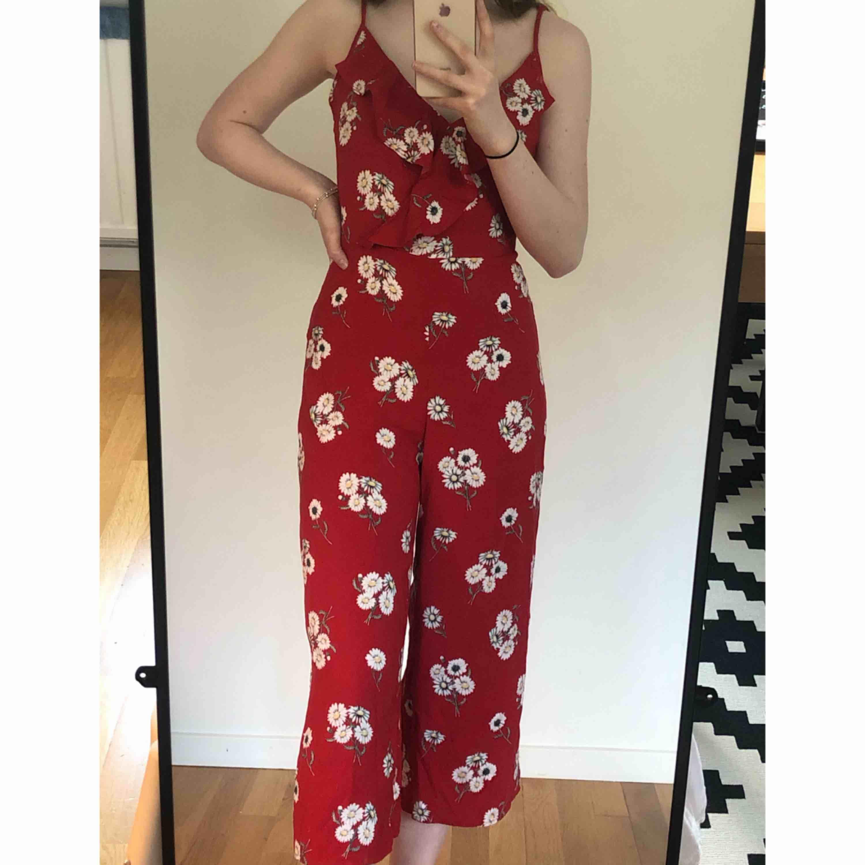 ✨ Rödblommig, somrig jumpsuit från H&M. Endast använd en gång, så den är i nyskick. Köparen står för frakten ✨. Övrigt.